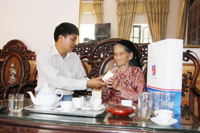 Đoàn cán bộ Công ty Tâm Bình thăm và tặng quà cho 2 mẹ con nhà cụ Nhậm