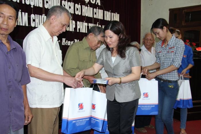 Dược sĩ Lê Thị Bình tặng quà cho người cao tuổi