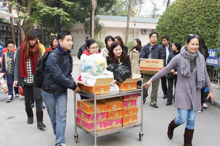 Dược sĩ Lê Thị Bình trong chuyến đi hoạt động từ thiện tại bệnh viện Nhi Trung ương