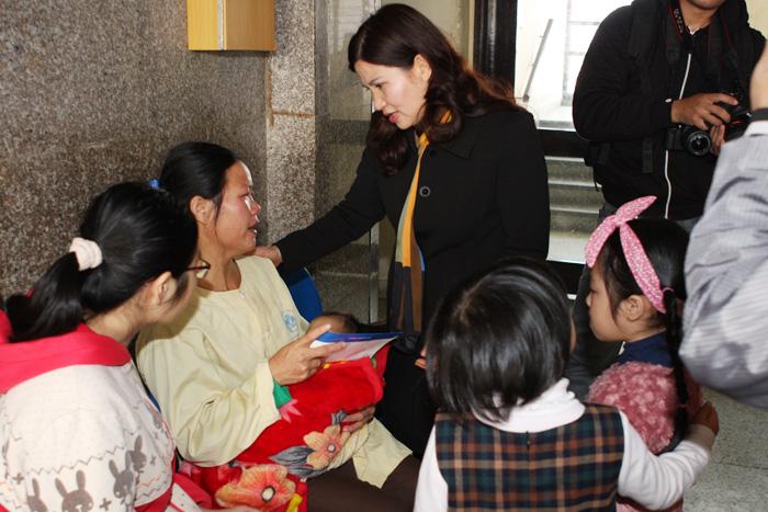 Chị Nguyễn Thị Hoa cảm động khi nhận được quà của nhà tài trợ Tâm Bình
