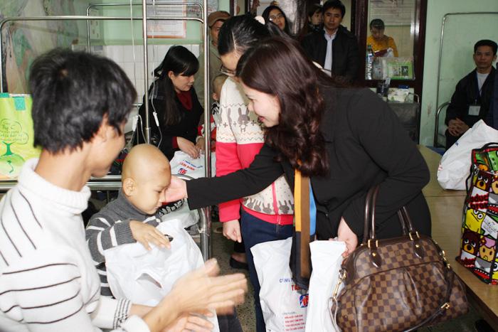 Gia đình cháu Nguyễn Duy Khánh bị tim bẩm sinh được hỗ trợ 10 triệu đồng để chữa bệnh