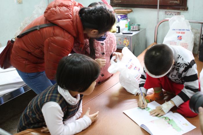 Các em nhỏ trong lớp Piano vui chơi với bệnh nhi ngay tại bệnh viện