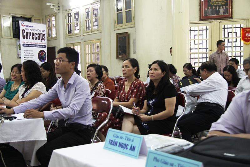Dược sĩ Lê Thị Bình chăm chú nghe các báo cáo khoa học tại Hội thảo