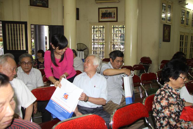 Nhân viên Tâm Bình tặng quà cho các khách mời tham gia Hội thảo