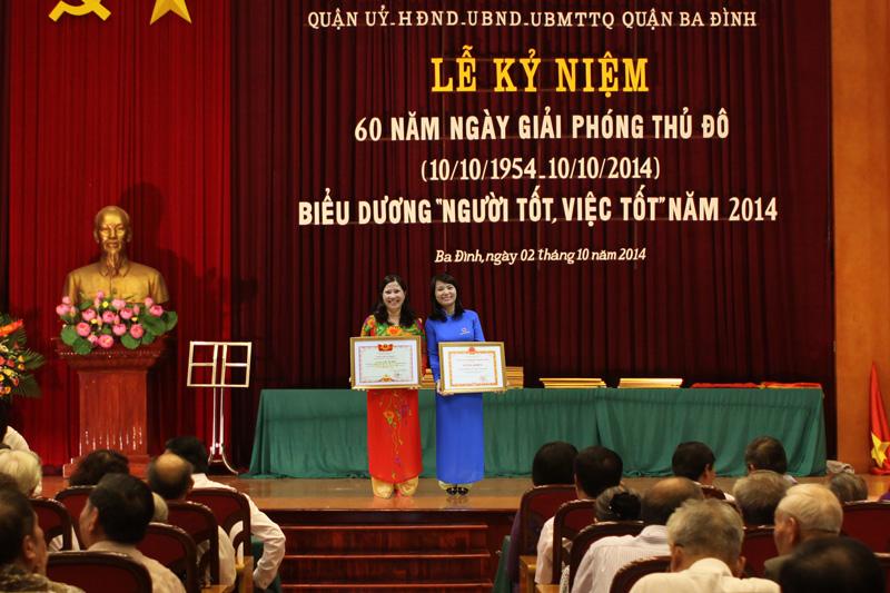 """TGĐ Lê Thị Bình và chị Trần Thị Vân (bên phải) - Kế toán trưởng Công ty nhận bằng khen """"Người tốt, việc tốt"""""""