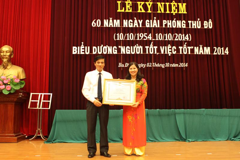 Ông Đặng Văn Tường - Phó Bí thư Quận ủy Ba Đình trao tặng bằng khen cho DS. Lê Thị Bình
