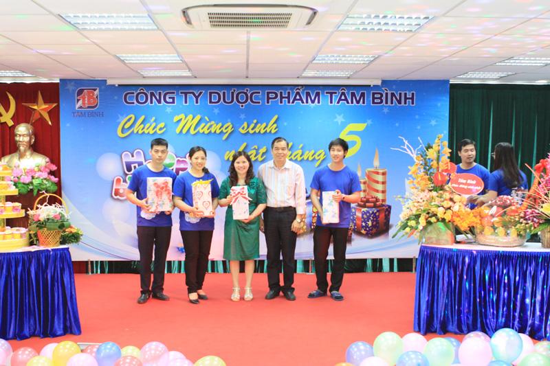 Ban lãnh đạo Công ty Tâm Bình tặng quà các thành viên sinh nhật trong tháng 5