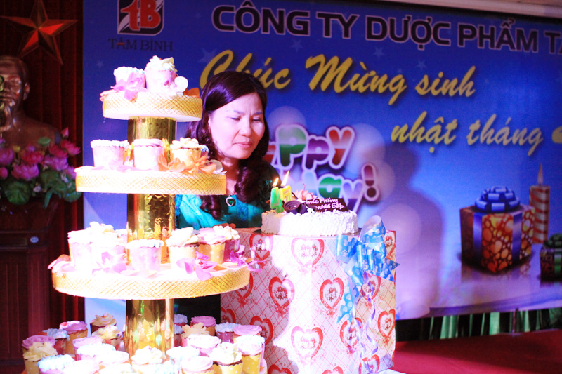 TGĐ Lê Thị Bình thổi nến chúc mừng sinh nhật