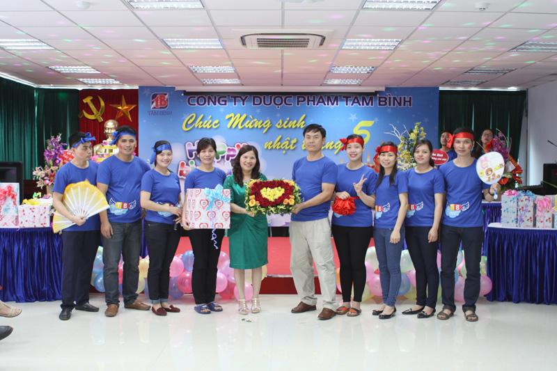 Lẵng hoa chứa đựng tình cảm của nhân viên phòng Hành chính gửi tặng TGĐ Lê Thị Bình nhân ngày sinh nhật