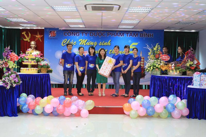 TGĐ Lê Thị Bình vui mừng nhận quà tặng của phòng Kế toán