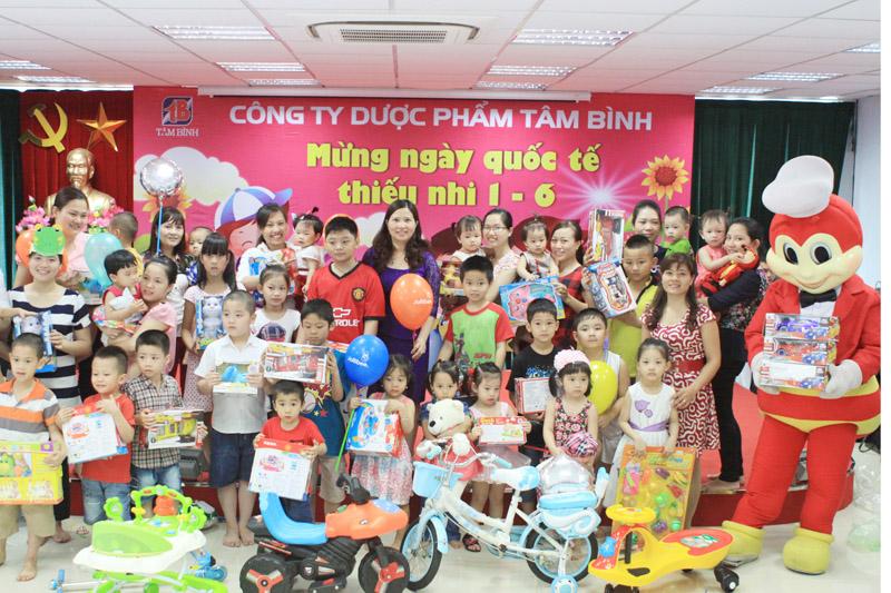 Tổng Giám đốc Lê Thị Bình tặng quà và chụp ảnh lưu niệm với các cháu thiếu nhi