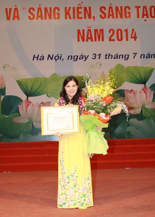 Dược sĩ Bình nhận bằng khen của TP Hà Nội