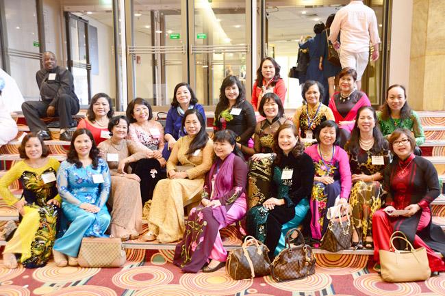 Dược sĩ Lê Thị Bình chụp ảnh lưu niệm với Đoàn nữ đại biểu Việt Nam
