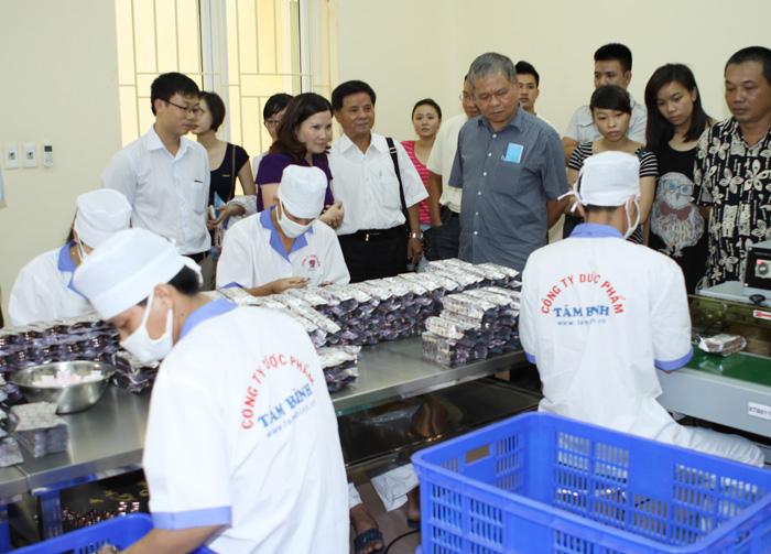 TGĐ Dược sĩ Lê Thị Bình giới thiệu bộ phận đóng gói tại phân xưởng sản xuất