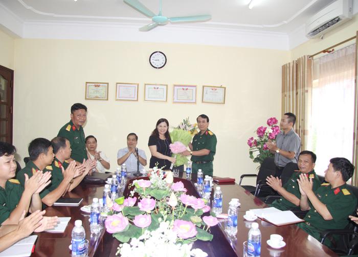 Đại diện Đoàn tặng hoa cho BGĐ Công ty