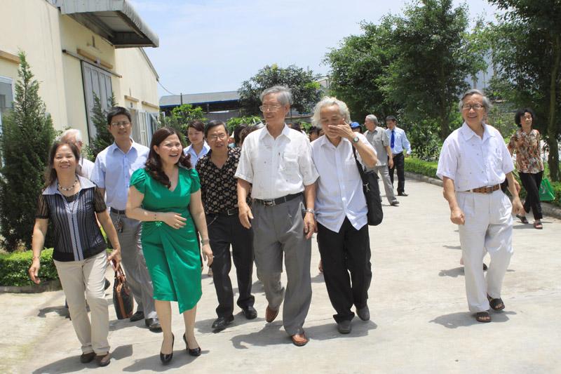 Hội cựu giáo chức trường Đại học Dược Hà Nội đến tham quan nhà máy Công ty Dược Phẩm Tâm Bình
