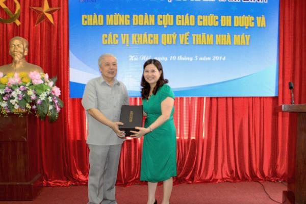 Thầy Phạm Văn Nguyện xúc động khi nhận được món quà bất ngờ của học trò cũ