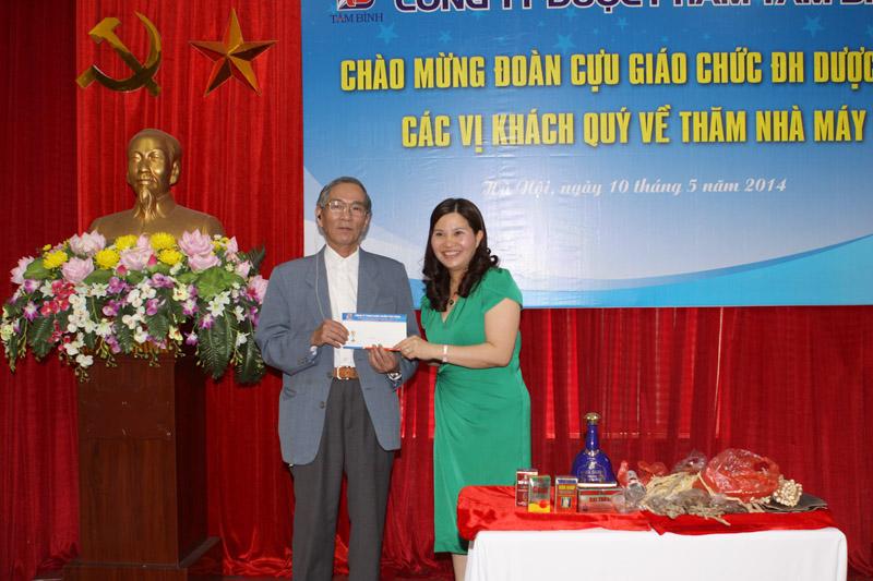 Món quà tri ân của Ds Lê Thị Bình gửi tặng Hội cựu giáo chức trường Dược