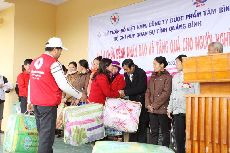 TGĐ Lê Thị Bình tặng 200 chiếc chăn ấm cho bà con xã Nam Hóa