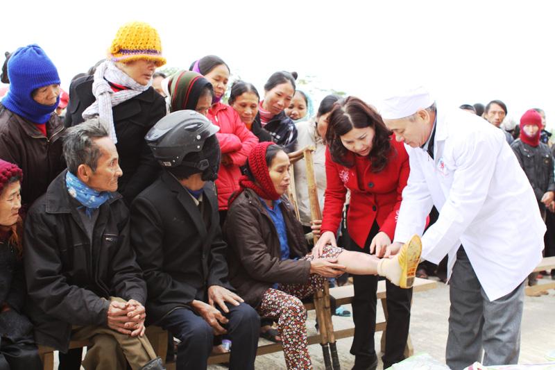 PGS.TS Hồ Bá Do và DS Lê Thị Bình khám bệnh cho người dân