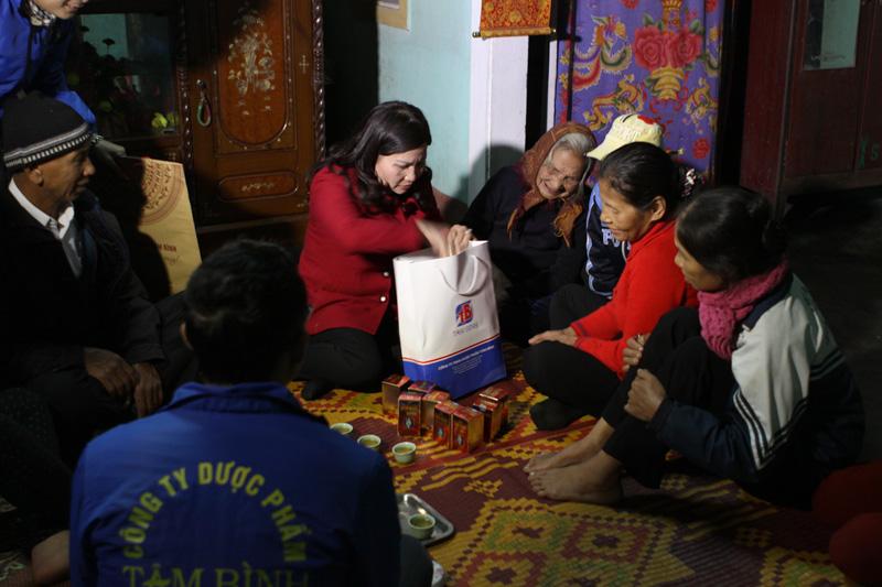 DS. Lê Thị Bình tặng quà cho vợ liệt sĩ có hoàn cảnh khó khăn