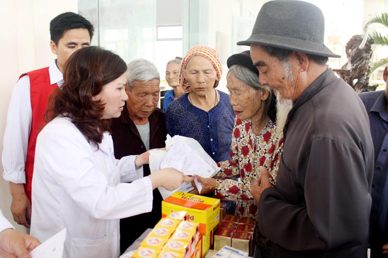 Phát thuốc miễn phí cho các hộ nghèo tại xã Quảng Thái, huyện Quảng Xương - Thanh Hóa