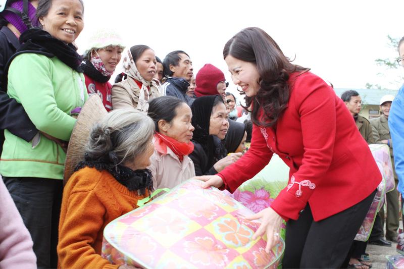Tặng chăn ấm cho đồng bào nghèo tại xã Chiềng Ly - huyện Thuận Châu - tỉnh Sơn La