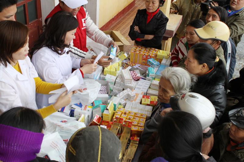 Phát thuốc và tư vấn sử dụng cho bà con đến khám bệnh nhân đạo tại Chiềng Ly huyện, tỉnh Sơn La