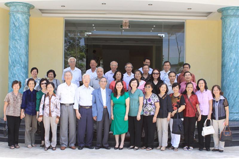 Dược sĩ Bình chụp ảnh lưu niệm cùng Đoàn cực giáo chức trường Đại học Dược Hà Nội
