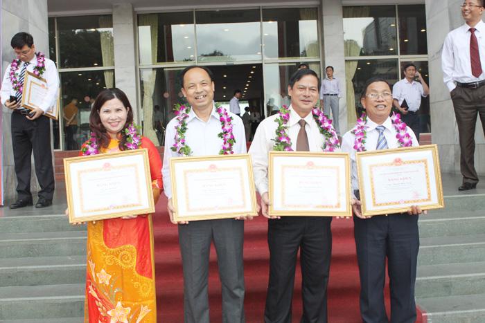 Ds Lê Thị Bình chụp ảnh lưu niệm cùng các doanh nhân tiêu biểu