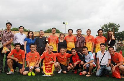 Dược sĩ Lê Thị Bình chụp ảnh lưu niệm với đội bóng tham dự giải