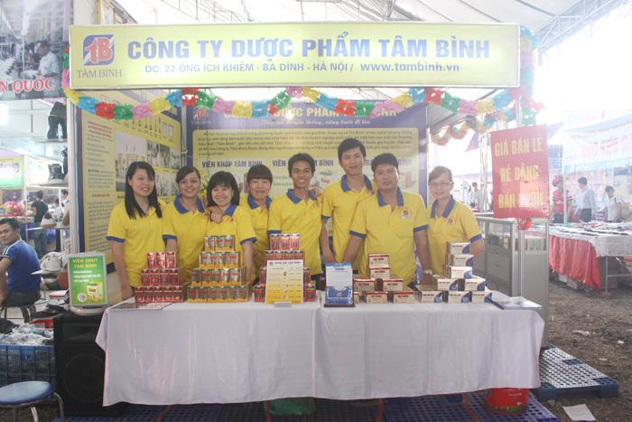 Tập thể CBCNV Công ty chụp ảnh lưu niệm tại Hội chợ Hùng Vương