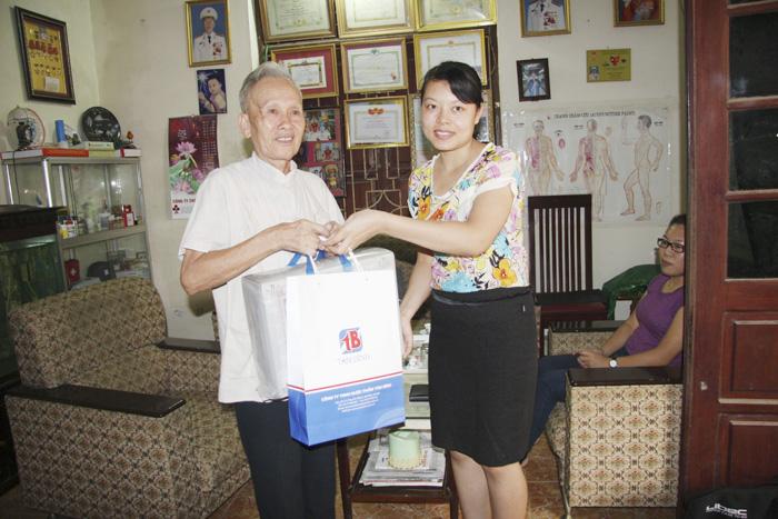 Đoàn cán bộ Công ty Tâm Bình thăm và tặng quà cho bệnh nhân Hồ
