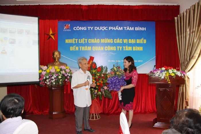 Đại diện hội dược sĩ cao niên tặng hoa cho Dược sĩ Lê Thị Bình