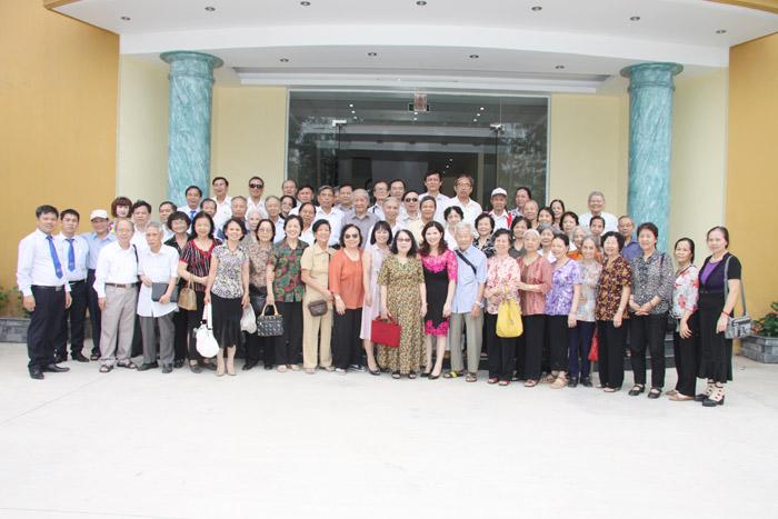 Ban lãnh đạo Công ty chụp ảnh lưu niệm với các vị khách quý