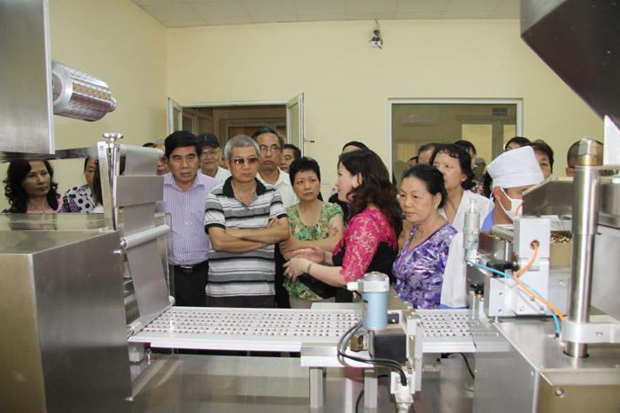 Giới thiệu với các vị khách về dây chuyền, quy trình sản xuất tại Nhà máy