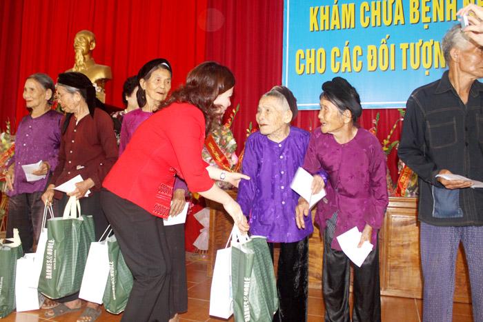 Tặng quà các bà mẹ Việt Nam anh hùng tại Thanh Hóa