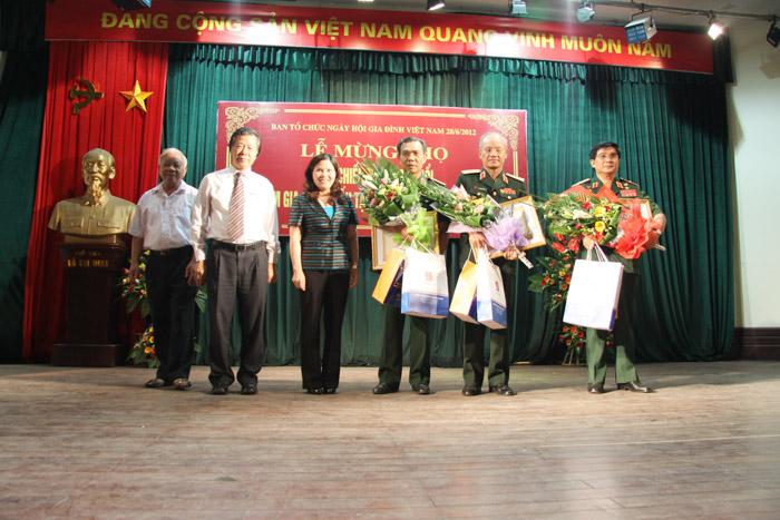 Tặng quà cho các cựu chiến binh từng tham gia chiến đấu tại chiến trường Quảng Trị 1972