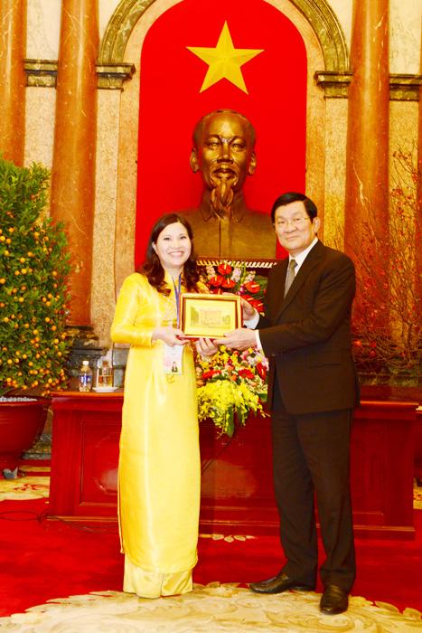 Chủ tịch nước Nguyễn Minh Triết trao Cúp Bồng Hồng Vàng cho Dược sĩ Lê Thị Bình