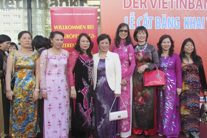 Dược sĩ Lê Thị Bình tham dự lễ khai trương chi nhánh ngân hàng Viettinbank tại Đức