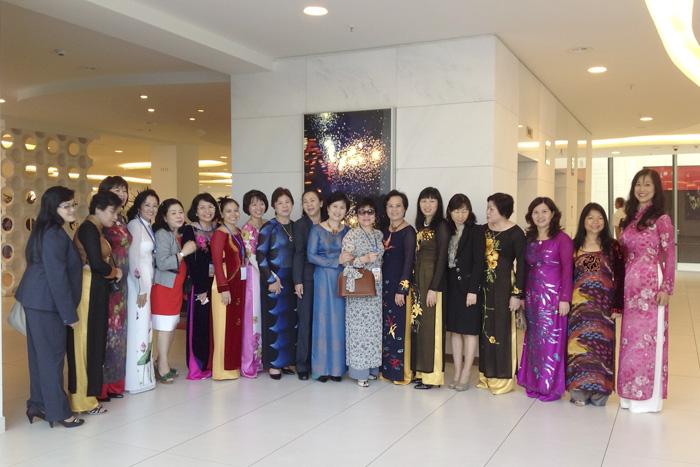 Dược sĩ Lê Thị Bình chụp ảnh lưu niệm cùng với các thành viên trong đoàn