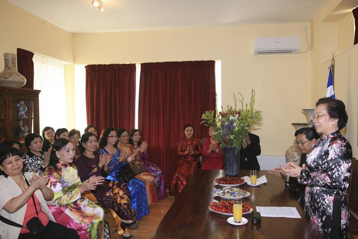Dược sĩ Lê Thị Bình cùng đoàn đại biểu Việt Nam thăm đại sứ quán Việt Nam tại Đức