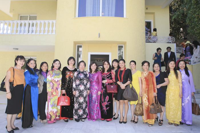 Chụp ảnh lưu niệm tại Đại sứ quán