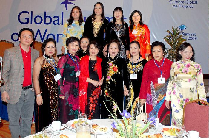 Dược sĩ Lê Thị Bình cùng Phó chủ tịch nước Nguyễn Thị Doan tham dự hội nghị thượng đỉnh Phụ nữ toàn cầu tại Chile năm 2009