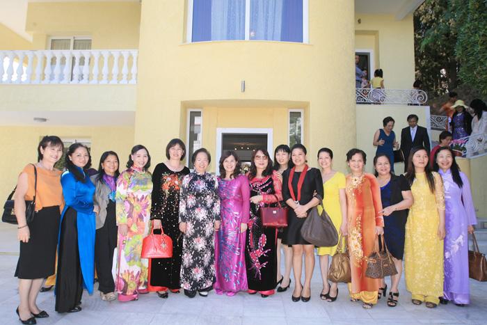 Ds Lê Thị Bình tháp tùng Phó chủ tịch nước Nguyễn Thị Doan thăm và làm việc với Đại sứ quán Việt Nam tại Hy Lạp