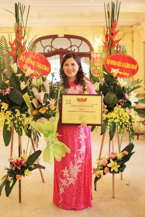 """Dược sĩ Lê Thị Bình được trao tặng danh hiệu """"Nữ Doanh Nhân Việt Nam Xuất Sắc""""."""