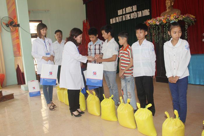 TGĐ Lê Thị Bình phát quà cho trẻ em nghèo vượt khó