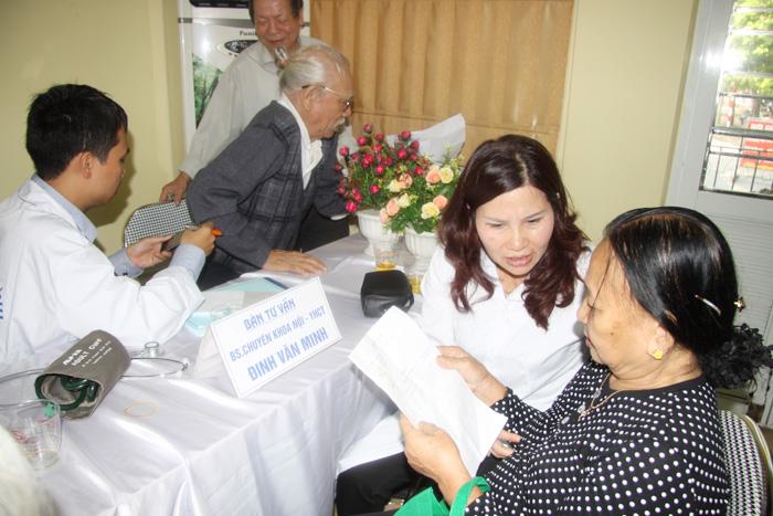 Đoàn công tác của công ty Tâm Bình khám bệnh và phát thuốc miễn phí tại Vĩnh Phúc
