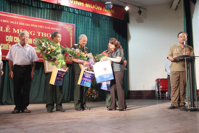Dược sĩ Lê Thị Bình tặng quà cho các cựu chiến binh tham gia chiến trường Quảng Trị