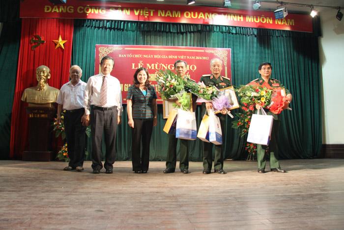 TGĐ Lê Thị Bình chụp ảnh lưu niệm cùng những người lĩnh Quảng Trị năm xưa